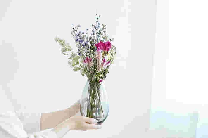 お手入れが面倒というお母さんにはドライフラワーがおすすめ。最近では発色の良いものが増えており、生花より長く楽しめるのも魅力です。花器とセットで贈れば、すぐに飾れるので嬉しさもひとしお。