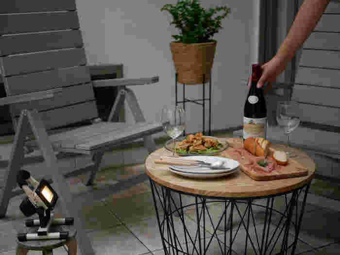ベランピングでの食事は、特別なディナーを気取らなくても、その日の夕飯をベランダに持ち出すだけだってOKなんです。ライトやランタンが柔らかく灯る夜のベランダでは、いつもと同じように用意したはずの夕食も、ちょっとだけお洒落に見えてくるかもしれません。