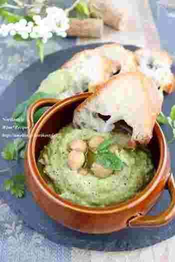 ひよこ豆に生のバジルを加えて、色鮮やかさと香りをプラスしたレシピ。こちらもひよこ豆の水煮缶を使いますが、漬け汁がない場合は水とオリーブオイルを増やしてなめらかにしましょう。
