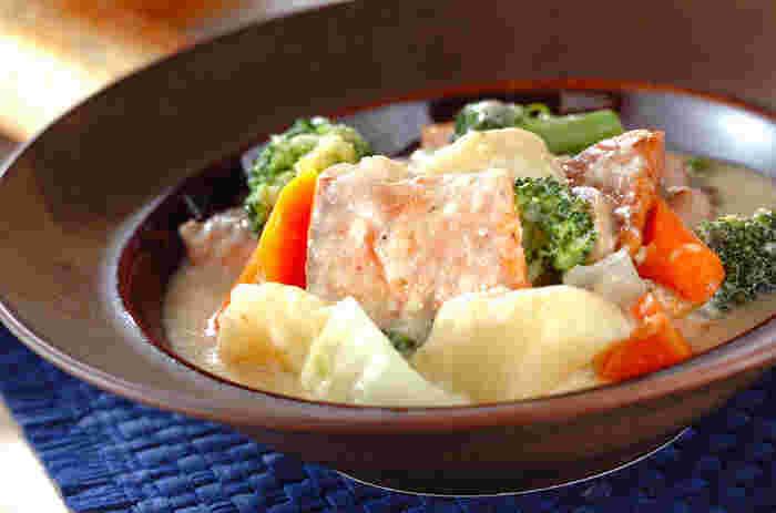 自家製のホワイトソースを使うサーモン・ホワイトシチュー。ソテーした鮭とクリーム系の味は、相性抜群です。色合いも優しくてきれいですね。