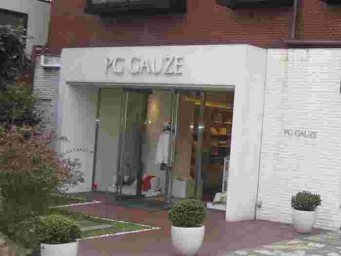 ガーゼ専門店「PG GAUZE」は、九州に本店があるベビー・キッズ向けのガーゼ製品を多く取り扱うお店。吸湿性と柔らかな肌触りが特徴のガーゼは、汗かきで繊細な赤ちゃんのお肌に最適な素材です。店先にはキッズプレイエリアもあり、試着室が空いていれば授乳も可能です。