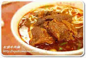 牛肉麺(ニュウロウメン)は、煮込んだ牛肉が豪快に入った中華麺の料理。台湾の名物としてよく知られています。ボリュームたっぷりの贅沢麺は、おもてなしにも。牛すじや牛バラなどの煮込みを作っておけば、あとは簡単にできます。