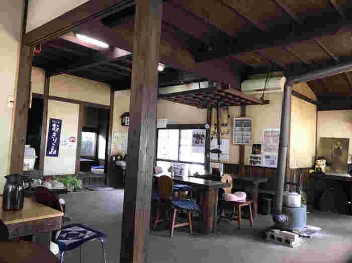 古いストーブや木のテーブルや椅子など、田舎風のほっこりとした店内。テーブルの間隔が広いので、ゆったりと過ごせます。