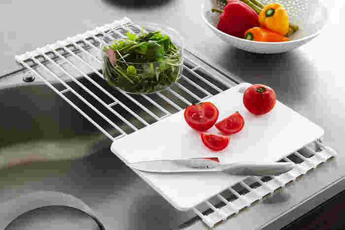 使わない時はクルッと巻いて収納できるのが大きなポイント。調理の際は作業スペースとして調理道具を置いておいたり、ふきんを干しておくことも可能です。
