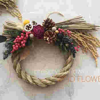 はやい時期から飾るなら、クリスマスカラーを入れたものもおすすめです。本来、しめ飾りは12月13日を過ぎたあたりから飾ってもよいとされています。長い期間楽しむなら、プリザーブドフラワーをアレンジするのがいいですね。
