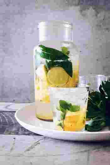 「何か甘いものが食べたい!」など間食したくなったら、一度お水を飲んでみましょう。お水じゃ物足りない……という方は、レモンやライム、グレープフルーツなどの柑橘系のフルーツを浮かべたフレーバーウォーターでも◎。空腹が一度落ち着き、冷静になることができるので、たくさん間食してしまうのを防ぐことができますよ。
