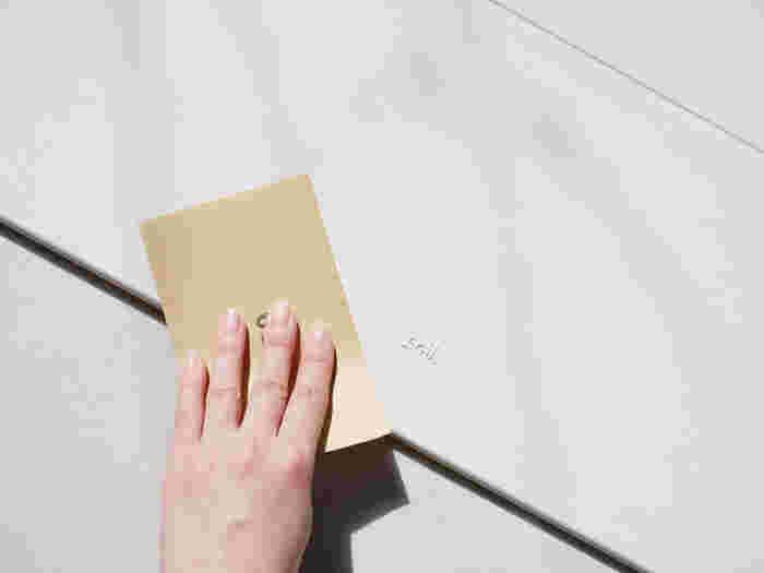 珪藻土は使っている内に吸水しにくくなる場合があります。その理由は表面に皮脂や汚れなどが付着し、目詰まりしてしまうから。そんな時は目の細かいやすりで表面を削りましょう。#300~#400くらいのやすりがおすすめです。やすりがけする時は粉が飛ぶので、新聞紙などを敷いてから行いましょう。