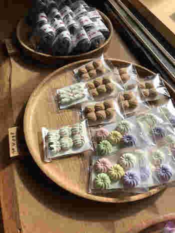 歴史あるならまちのなかでは、2008年創業と比較的新しい和菓子店「樫舎」。繊細な干菓子や練り切りなど、古都・奈良らしい和菓子は目上の方へのお土産にもふさわしい逸品が揃っています。