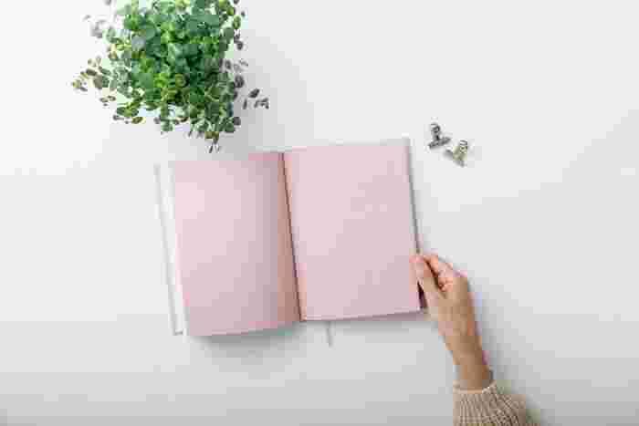 フォーマットがきちんと決まっていて、書き込むだけでOKなのが既製の家計簿です。手帳感覚で使えるものや、SNSで話題の家計簿など、Amazonで人気の家計簿をピックアップしました。このほか、初心者さんや挫折組さんにおすすめの家計簿本もご紹介します。