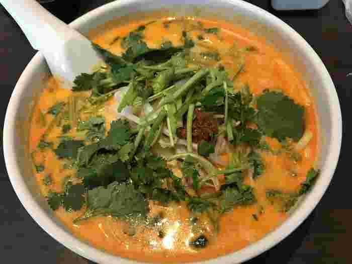 こちらはシンガポールを代表する麺料理「ラクサ」。  ココナッツミルクとカレー味のスープに太麺が絡んでとてもおいしいですよ!  パクチーが盛り盛りなのも嬉しいですね。