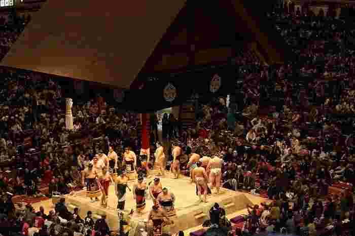 一度は見てみたい相撲の本場所。マス席(四人分):38,000円~、椅子席:3,800円~とインターネット・電話・窓口・コンビニで購入できるので、次回は出掛けてみませんか?2017年の九月場所は8/5から発売です。