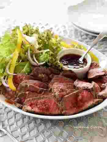 お肉を室温に戻してから作ると、焼き付ける時間が短くできます。アルミホイルで保温しながら、じっくり寝かせるので柔らかなお肉に仕上がります。