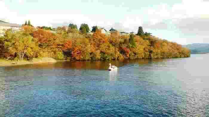 箱根の紅葉は、芦ノ湖から始まり、ゆっくりの箱根の山を下りてくるように進みます。見頃も標高の高低によって変わってくるため、10月下旬~12月上旬ごろまでと紅葉狩りの期間が長いことも特徴です。  「箱根の表玄関」でもある箱根湯本駅近辺の紅葉は12月上旬が見頃となるので、これからゆっくり紅葉狩りの予定を立てることができますよ。  箱根登山鉄道に乗るだけで箱根の紅葉を楽しむことができるなんて、とっても贅沢な紅葉狩りですね。