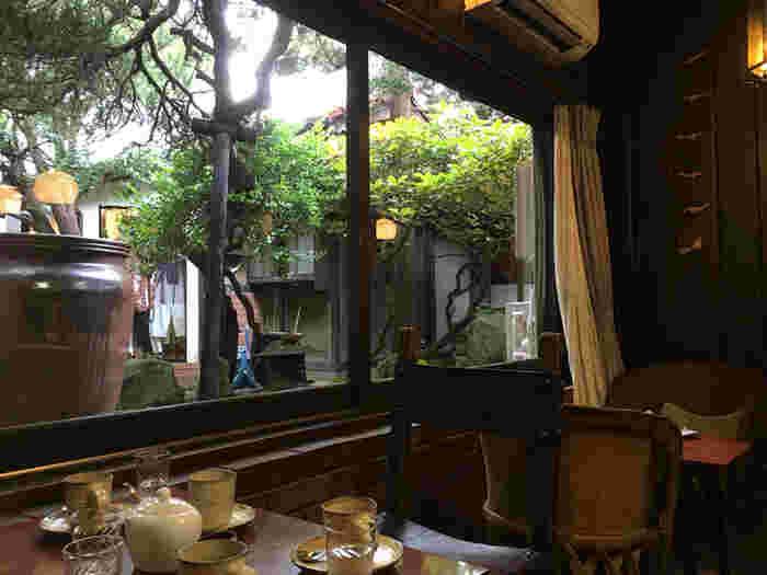 喫茶店「光原社 可否館 (こうげんしゃ かひかん)」です。  宮沢賢治かつていたこの場所で、美味しいコーヒーをいただけるのです。中庭を眺めながら、自慢の深煎りコーヒーをどうぞ。