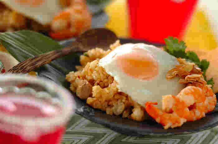 ナシゴレンはインドネシアの焼き飯。 現地では、チキンやエビと一緒に炒めることが多いです。  ピリ甘辛な味付けで、ちょっとした軽食にもぴったり。  ナンプラーやスイートチリソースを使って辛味を調整してみてくださいね。