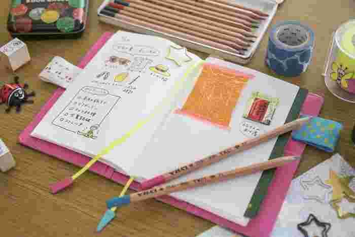 ノートの用紙は「ほぼ日手帳」と同じ、薄くて軽くて丈夫な「トモエリバー」を使用。インクとの相性が抜群で、薄いのに裏写りすることもありません。また、たとえばA6サイズなら8mmの厚さで240ページと、見た目以上にたっぷり書き込めるのも魅力です。