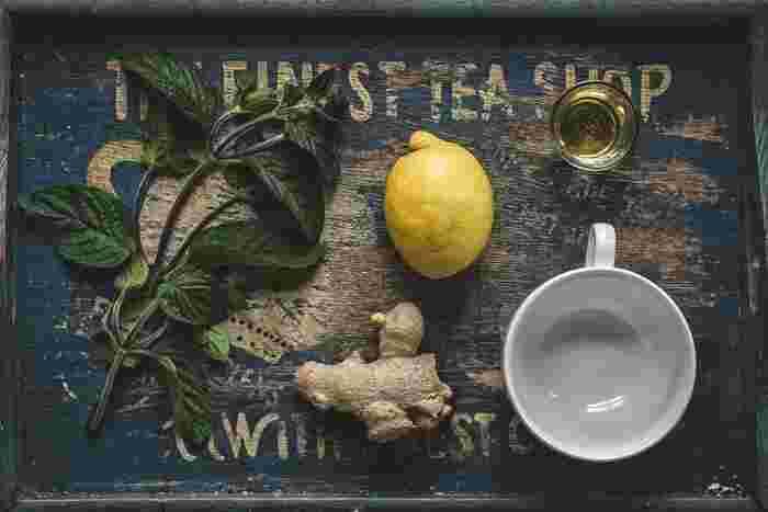 【 材料 】 生姜/100g  砂糖/100g  水/200〜250cc ※ お好みでレモンや胡椒、唐辛子等を加えてもOK。   シロップの材料は、生姜と砂糖を1:1、水は生姜の重さの2倍程度と覚えておくと簡単です。