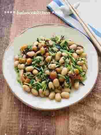 なめこ、蒸し大豆、豆苗、ごま油、塩昆布で作る「豆苗・大豆・なめこの塩昆布炒め」。栄養バッチリで、簡単に手早く作れて冷蔵庫で3-4日保存ができるので、時間があるときに作っておくと、あと一品欲しいときやおつまみ、お弁当のおかずにと活躍してくれそう。