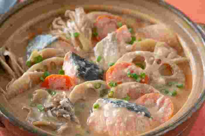鮭とにんじんやれんこんなどの根菜を豆乳ベースで煮込む鍋レシピ。酒粕としょうがを入れることで、内側から体を温めてくれます。根菜は火が通りにくいので、薄切りにすると時短につながりますよ!