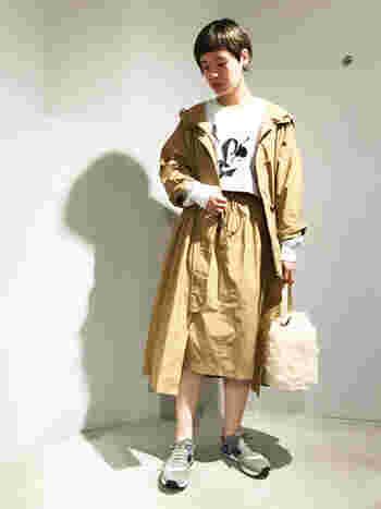 ワンピースとしても着られるロング丈ジャケットとタイトスカートのセットアップです。 フード付きのスポーティなジャケットに、品の良いタイトスカートを合わせる一見アンバランスな組み合わせがハイセンスでおしゃれですよね。スニーカーを取り入れることで決まりすぎない抜け感のある印象に。ふわふわとしたバッグが、温もりも感じさせます。