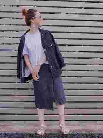 デニムラップスカートをこなれた雰囲気で、ラフに着こなしていてとてもお洒落。ラップデニムスカートは、カジュアルに着られて、女性らしさもプラスしてくれるうれしいアイテム。