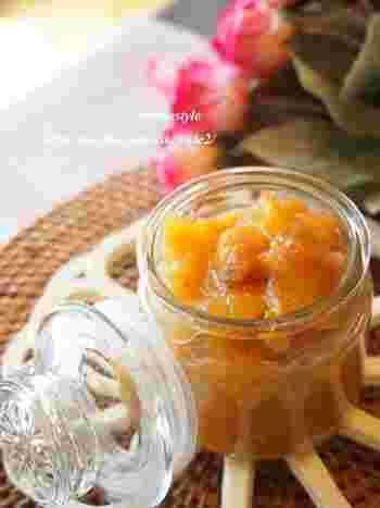 生姜のすりおろしが入った、ピリッとした味わいがクセになりそうな、大人の味わいの柿ジャム。少し熟した柿を使い、さらに砂糖を少なめにすれば甘さも控えめな、より大人の味わいに仕上がります。