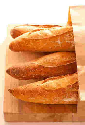 パン屋さんで毎日のように買うのがバゲット。よく焼けたものを、とか、白っぽいものを、など人それぞれ好みの焼き加減を注文する姿もよく見かけます。