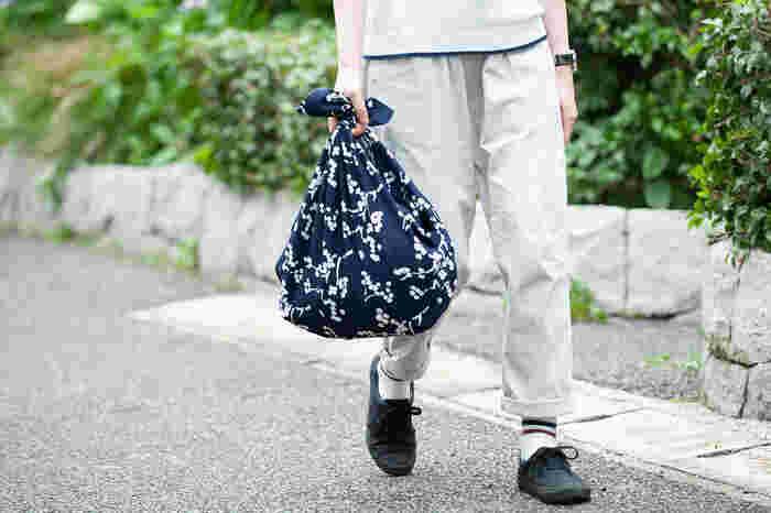 キルシカンクッカは、フィンランド語で桜の花という意味があるとか。紺の地色にホワイトの桜の花がちりばめられた風呂敷は、清楚でクセがなく日常で使いやすい。買ったものを包んで、結び目を持ち手としてマイバッグ風に使ってもステキですね。