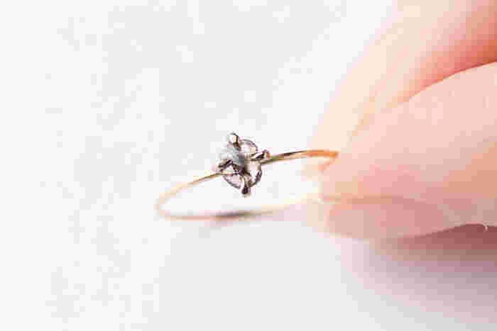 原石に近いナチュラルなダイアモンドを使用したリング。細めのゴールドのリング部分とダイヤモンドが美しいバランスで、指先にさりげない煌きを添える事ができます。
