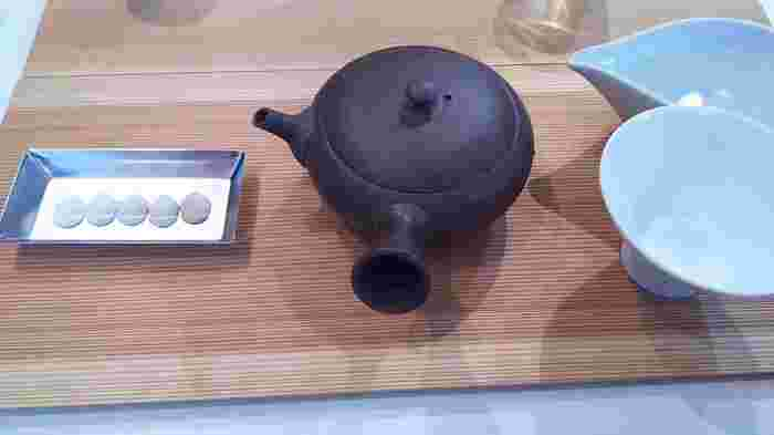 素材の持ち味を引き出すお茶時間・・・「煎茶って、こんなに深い味わい!」「靴下の職人さんが本気で作った靴下は違うね!」「日本には日本独自のヘルスケアがあったのね!」など、驚きと気づきに小さな感動がありますよ! そんなことを想いながら、お茶のゼリーやスイーツが味わえるカフェでのんびりお茶の香りに包まれるひとときを…。
