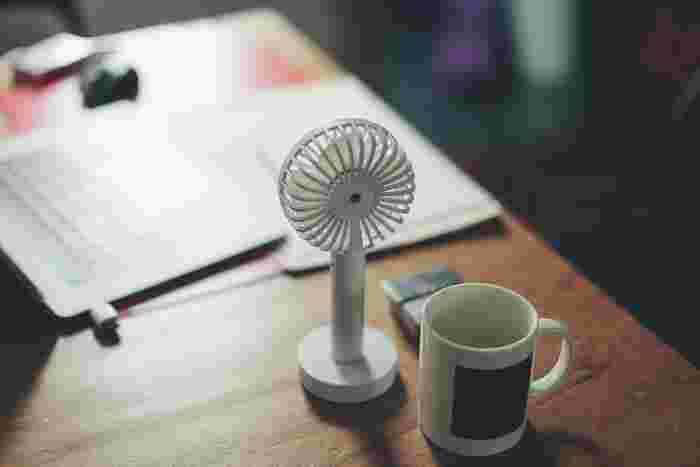 最近ではUSB充電で使える小型のファンもあります。ソファに座ってゆっくりしたい時や、夏の暑い日のお出かけにも活躍してくれますよ。
