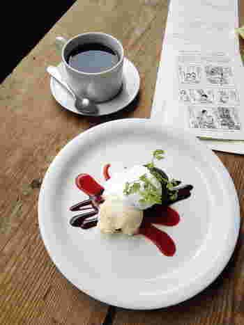 伊豆大島を取材し書いた「安吾の新日本地理 消え失せた沙漠―大島の巻―」の冒頭で、伊豆大島を描写した部分… 「いわば海の上へスリバチを伏せたようなケーキをおいて、その上に白いクリームをかけて、クリームの中央へチョコレートをかけ、そのチョコレートが二本半クリームの上へ垂れているように見えた」 それを「特製生チョコレートケーキ」で表現しました。濃厚な生チョコとホイップクリームの添えてあるバニラアイスとクランベリーソースの酸味がが絶妙です。  「芥川ブレンド」コーヒーと一緒に。 芥川龍之介など文士が通った、大正2年銀座にオープンし「カフェーパウリスタ」で提供していたブラジルコーヒーから名付けました。