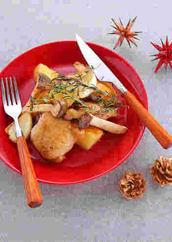 やわらかくてジューシーな胸肉に、コリコリした食感が美味しいエリンギをたっぷり添えて。ハーブとマーガリンの香りが、食欲をそそります。