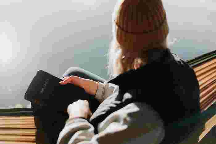 一方、静寂の中にいるとストレスホルモンの分泌が抑えられ、心拍数を正常に保ちリラックスできるとされています。リラクゼーション音楽を聴くよりも静寂の中で過ごす方がリラックス効果が高いという研究結果もあるようです。