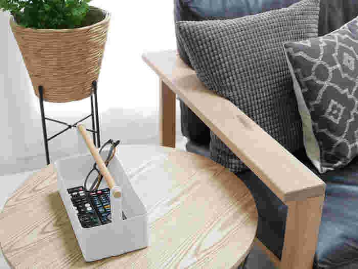 白いボディに木の持ち手が付いたツールボックスは、すっきりとした使いやすいデザイン。ダイニングテーブルに置けば調味料入れとしても使えますし、掃除道具や衛生用品をセットすればどこへでもまとめて持ち運ぶことができます。リビングで散らかりがちな、リモコン類の定位置にするのもおすすめですよ。