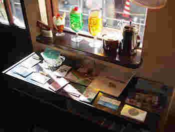 春のぽかぽか陽気が心地よくなった今日この頃、『神楽坂』へ足を運んでみましょう。今回は、散策後の一休みにもぴったり。神楽坂エリアでおすすめのカフェ・喫茶店をご紹介します。  実は、パリのようなおしゃれな街中でも、一歩路地に入れば、レトロな家具を備えた、古き良き時代の雰囲気漂うカフェがあるのです♪