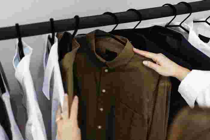 ランク分けしたワードローブのうち、「よく着たもの」はクローゼットに仕舞いましょう。そして、「全く着なかったもの」は処分対象です。「たまに着たもの」は、既にご紹介した方法で捨てどきを見極め、クローゼットに仕舞うものと、処分するものとに分けます。