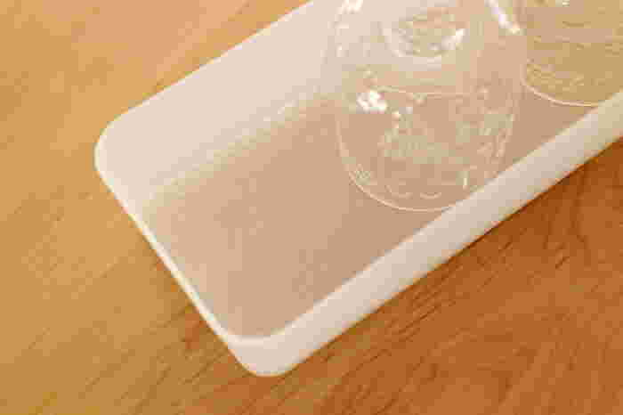 整理ボックスの中に滑り止めシートを敷いておけば、ボックスを引き出した時に食器が動くことがなく、割れにくくなります。大切な食器をしまう時は特に試してほしい技。