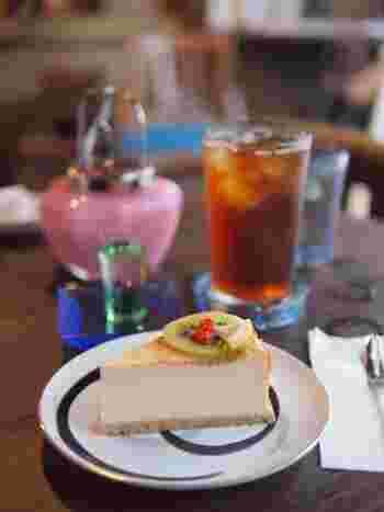 店主手作りのチーズケーキは、さっぱりとしたお味。添えられたフルーツの酸味とのバランスもよく、あっと言う間になくなってしまいます。