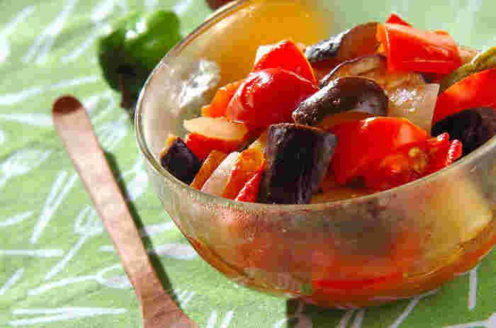 夏野菜をたっぷり使ったおかずといえばラタトゥイユ。普通ならじっくり煮る必要があるラタトゥイユも、レンジ調理なら火を使わずに作ることができます。暑い日も気軽に作れる、嬉しい夏野菜レシピです。