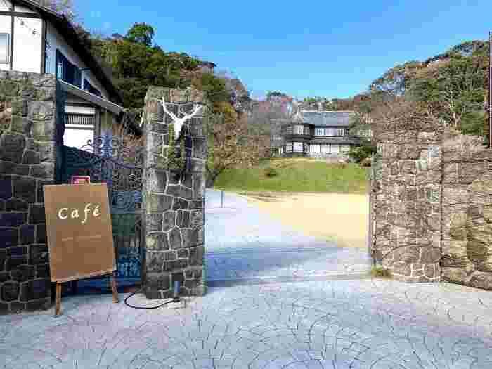 鎌倉駅から僅かしか離れていないのに、どこかの英国のお城に迷い込んだかのような邸宅レストラン「古我邸」。その入り口から見た景色は圧巻です。  お店にたどり着くまでの緩やかな坂道、歩くと聞こえてくるのは鳥のさえずり、そして、目の前に広がる手入れの行き届いた庭園・・・。まさに天国のような風景を楽しめるこの場所では、ウエディングも行われています。