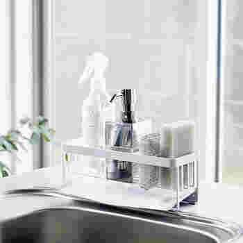 """キッチンのスポンジや洗剤置き場って、気づかないうちにヌメリが溜まりがちな部分ですよね。でもこちらのスポンジ&ボトルホルダーを使えば、自動で水がシンクへと流れていく仕組みを簡単に作ることができちゃうんです。水が溜まらなければ水アカやぬめりもたまりにくい。そんな""""あったらいいな""""を叶えてくれる、便利アイテムです。"""