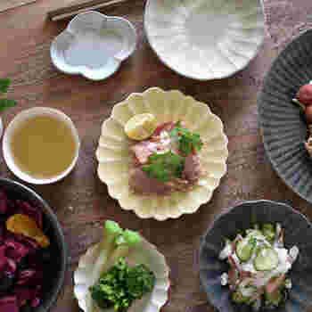 まるでテーブルに花が咲いたかのような穏やかで優しい器ですよね。豆皿にはちょっと主張を抑えたデザインを選ぶと、どんな食器と合わせてもスッと馴染むので、とても重宝します。