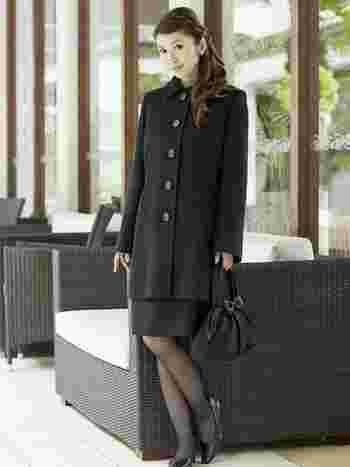 冬場の寒い時期なら思わず毛皮を選んでしまいそうですが、「殺生」を連想させることから、お葬式に参列する服装に毛皮や革素材のものは避けます。 同じ意味で、マフラーと手袋も避けます。 また、コートは葬式会場の建物内に入る前に脱ぐのがマナーです。