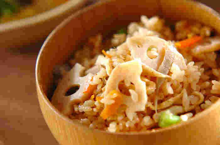 定番の炊き込みご飯も、根菜がたくさん使えるメニューの1つ。  冷凍保存もでき、お弁当にも活用できますね。