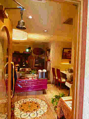 銀座5丁目の交差点からすぐ、有楽町からも歩いて5分ほどのところにある「ナタラジ」は、身体も心も満たされるヘルシーな野菜料理がいただける自然派インド料理のお店です。エキゾチックな外観は、まるで異国を訪れたような気分♪
