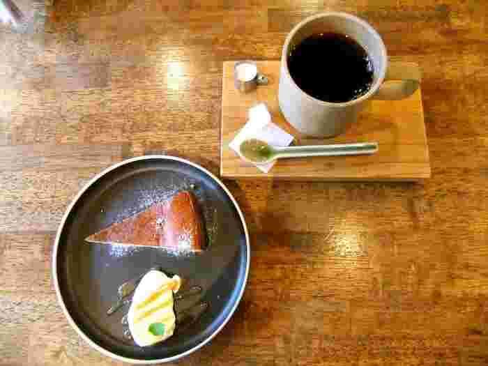 開店当時からの看板メニューのチーズケーキは、表面は香ばしくて中身はしっとり。盛り付けにもセンスの良さを感じます。ランチでもカフェタイムでも立ち寄りたくなる隠れ家のようなカフェです。