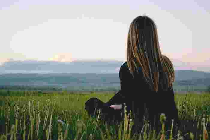 日常で窮屈を感じた時は一人になって心身ともに休息することをおすすめします。そんな時は自分の行きたいところに旅に出かけるのがおすすめです。この「孤独になる」ということがとても重要。一人になって改めて考えることで、心の整理や断捨離ができたり、改めて大切だと思える人間関係を再認識できたりするのです。