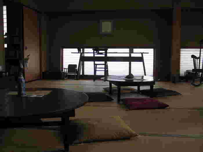 """店内に入ると、そこには座布団とちゃぶ台が並ぶ""""和""""の空間が広がります。畳の温もりや外から淡く漏れる光など、雰囲気だけで和んでしまいますね。広々としていて風通しも良く、心地良く過ごせる空間です。お子様連れにもおすすめですよ。"""