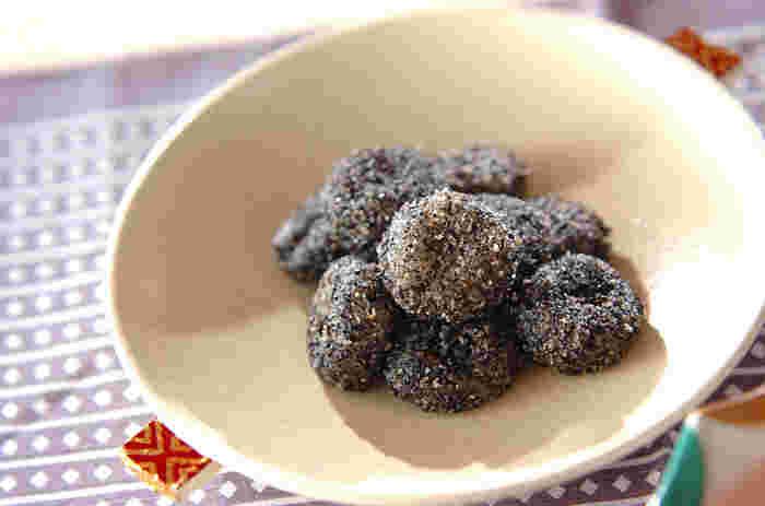 白玉に、お砂糖と黒ゴマをまぶして、まるでお餅のように頂く美容にも良いレシピです! 甘いものが苦手な人でも一緒に楽しむことができますね。 ○●○ 【材料】 白玉粉60g 砂糖小さじ2 水適量 すり黒ゴマ大さじ3 砂糖大さじ1.5